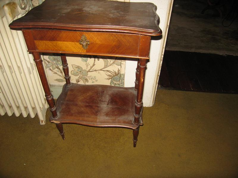 petite table formant coiffeuse rectangulaire en. Black Bedroom Furniture Sets. Home Design Ideas