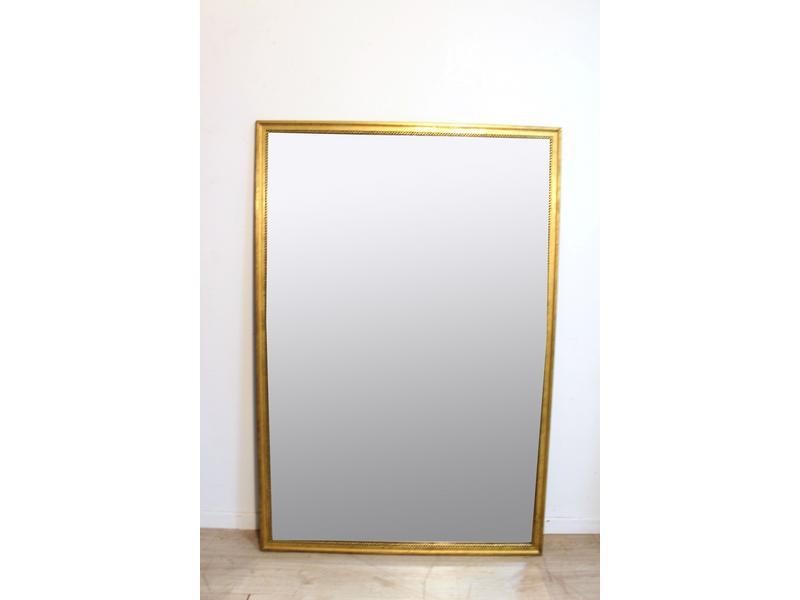 Miroir rectangulaire dans un cadre en bois dor for Miroir dore rectangulaire