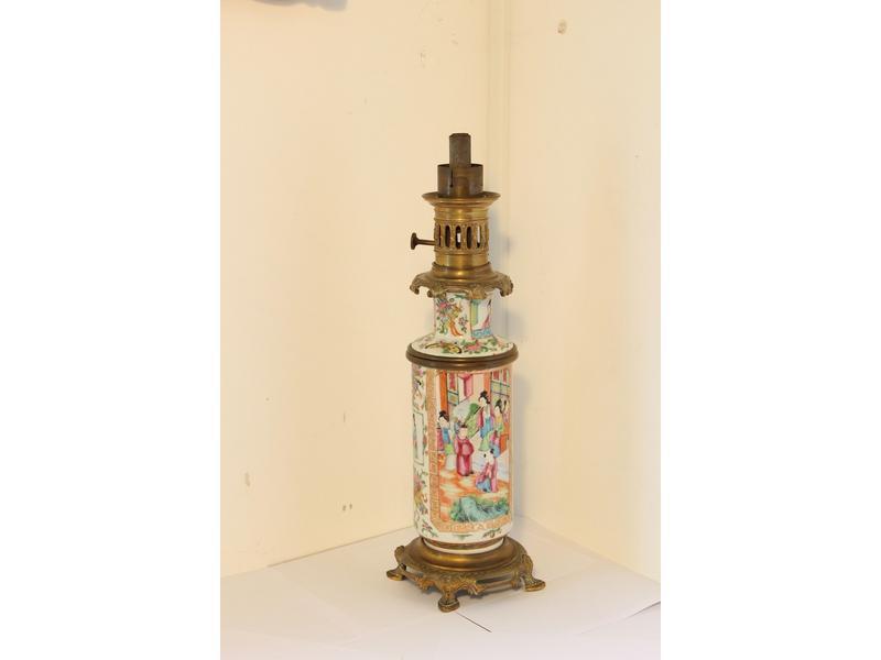 Lampe A Petrole Formee D Un Vase En Porcelaine