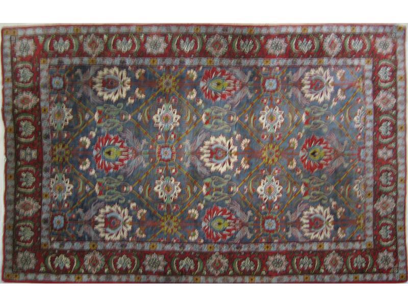 iran tapis en laine rouge fond bleu d cor. Black Bedroom Furniture Sets. Home Design Ideas