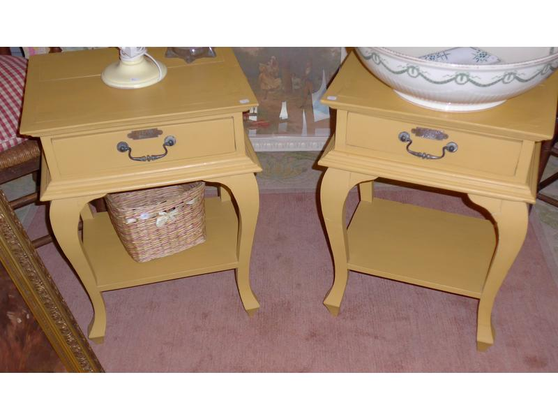 paire de tables de chevet laqu jaune et pied. Black Bedroom Furniture Sets. Home Design Ideas