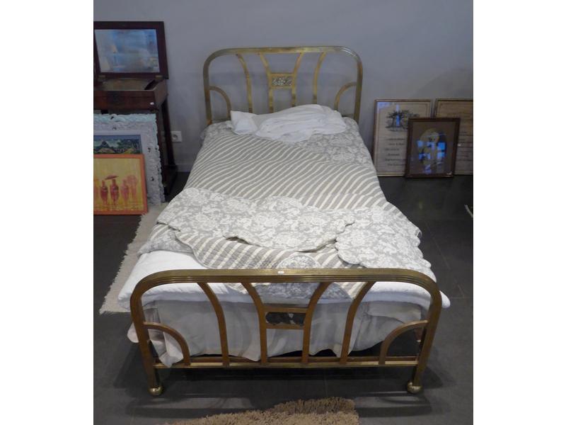 lit simple chevets en laiton dor ajour joint. Black Bedroom Furniture Sets. Home Design Ideas