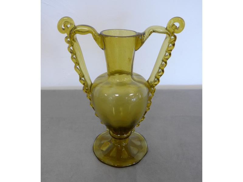 vase en verre souffl teint vert larges anses. Black Bedroom Furniture Sets. Home Design Ideas