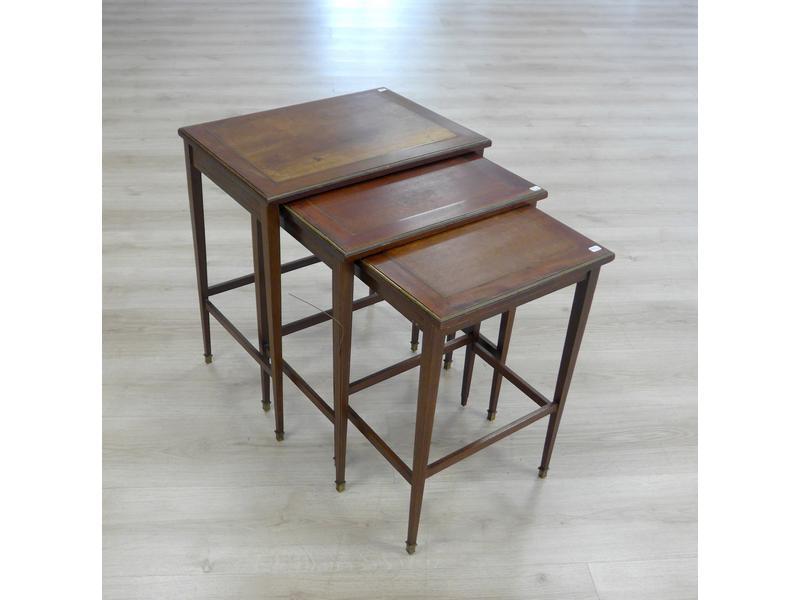 trois petites tables gigognes rectangulaires en. Black Bedroom Furniture Sets. Home Design Ideas