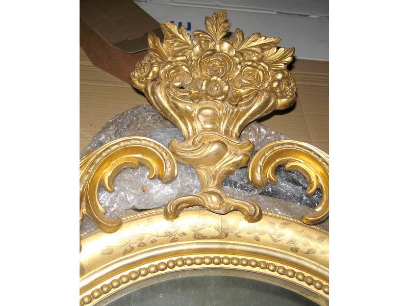 Grand miroir ovale dans un cadre en bois sculpt for Grand miroir cadre bois