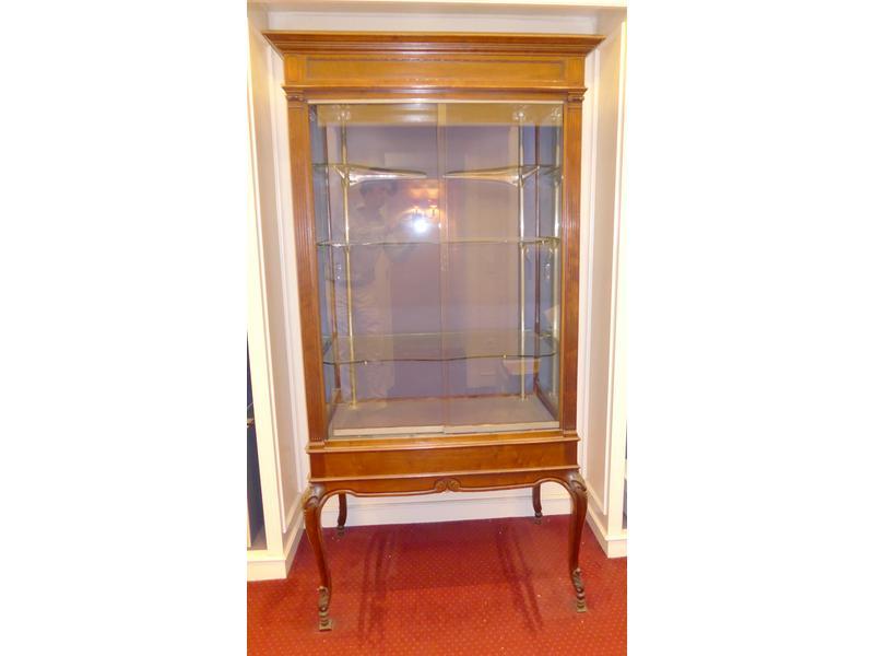 vitrine en acajou sculpt sur quatre pieds cambr s. Black Bedroom Furniture Sets. Home Design Ideas