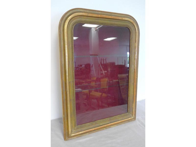 petite vitrine suspendre dans un cadre en bois. Black Bedroom Furniture Sets. Home Design Ideas