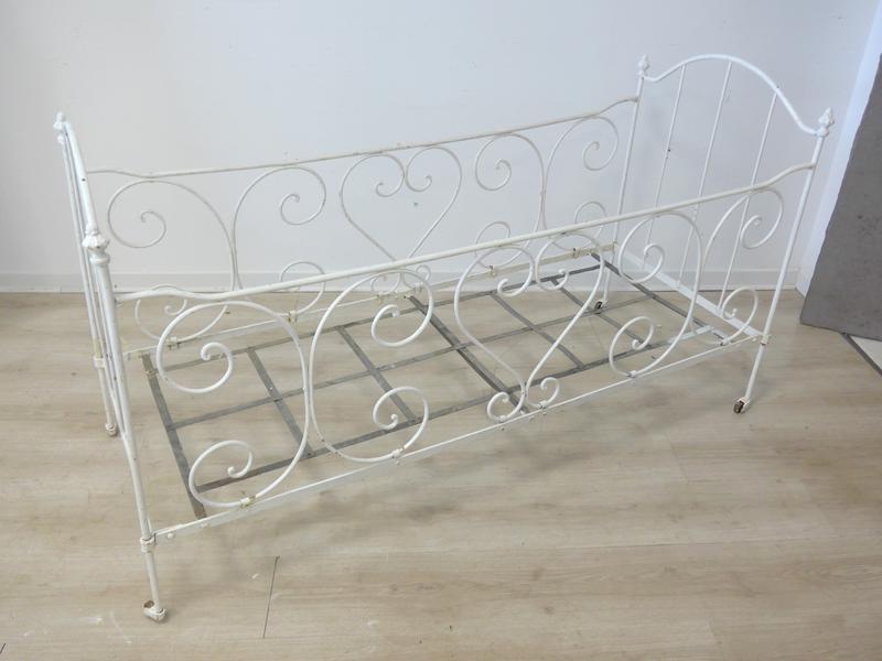 lit de bebe en fer forg laqu blanc. Black Bedroom Furniture Sets. Home Design Ideas