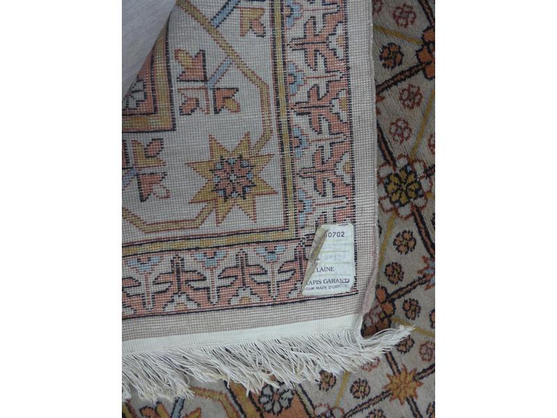 TAPIS en laine à décor dans les tons marron-rouge