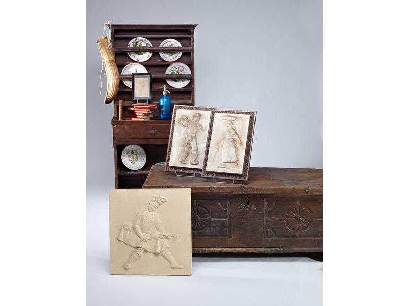 petit vaisselier en bois cir ouvrant par un. Black Bedroom Furniture Sets. Home Design Ideas